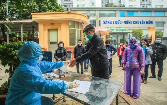 CLIP: Xét nghiệm Covid-19 cho hàng ngàn người dân Hà Nội trở về từ vùng dịch - Ảnh 7.
