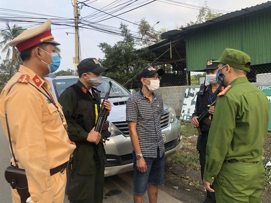 Đà Nẵng: Chặn đứng một ô tô chở 3 người Trung Quốc nhập cảnh trái phép - Ảnh 2.