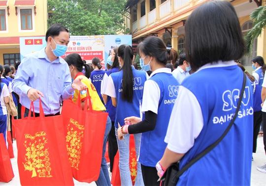 Ấm áp chuyến xe đoàn viên đưa sinh viên về quê đón Tết - Ảnh 7.