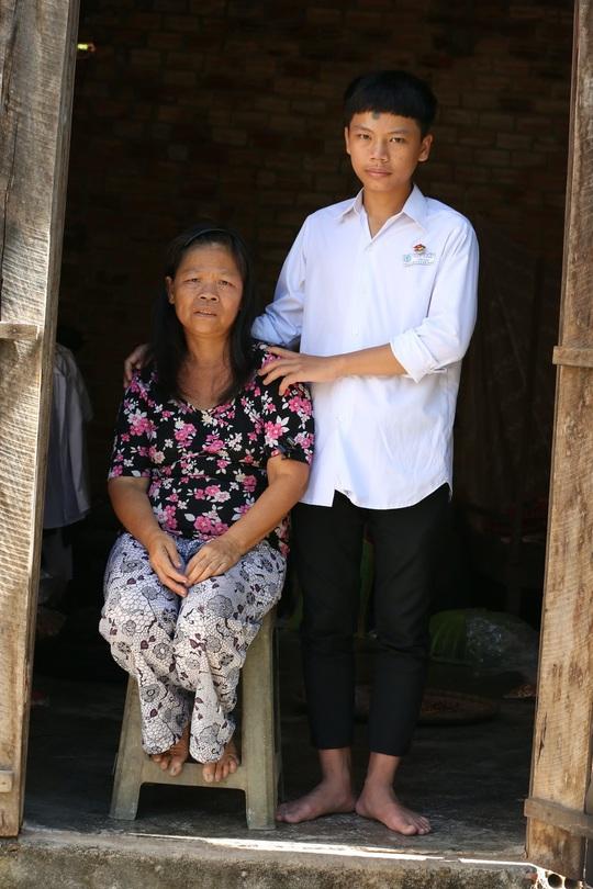 Xót xa cảnh bé trai 16 tuổi dù mắc bệnh viêm tuỷ vẫn một mình nuôi mẹ bệnh tâm thần - Ảnh 11.
