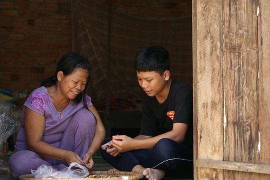 Xót xa cảnh bé trai 16 tuổi dù mắc bệnh viêm tuỷ vẫn một mình nuôi mẹ bệnh tâm thần - Ảnh 1.