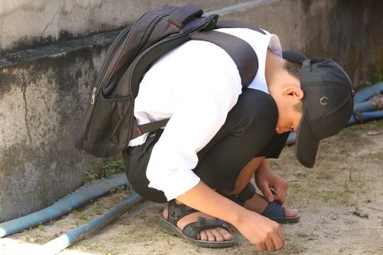 Xót xa cảnh bé trai 16 tuổi dù mắc bệnh viêm tuỷ vẫn một mình nuôi mẹ bệnh tâm thần - Ảnh 10.