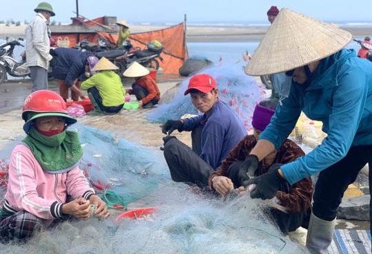Loài cá làm thức ăn cho heo thành đặc sản ngày lạnh, ngư dân trúng đậm đầu năm - Ảnh 7.