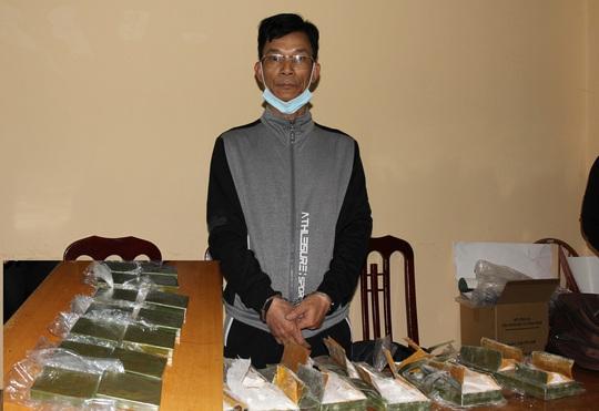 Cảnh sát ập vào trạm dừng nghỉ bắt người đàn ông vận chuyển 14 bánh heroin - Ảnh 1.