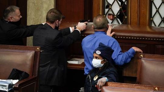 Làm sao những kẻ bạo loạn xông được vào quốc hội Mỹ? - Báo Người lao động