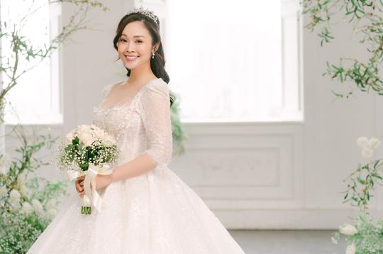 MC nổi tiếng của VTV Thuỳ Linh chia sẻ bộ ảnh cưới tuyệt đẹp với chồng sắp cưới kém 5 tuổi - Ảnh 7.