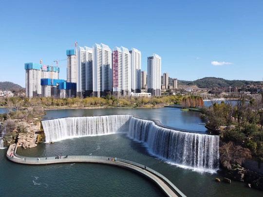 Vẻ đẹp của thác nước nhân tạo lớn nhất châu Á - Ảnh 1.