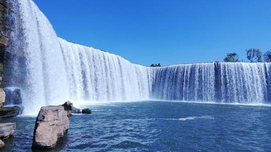 Vẻ đẹp của thác nước nhân tạo lớn nhất châu Á - Ảnh 2.