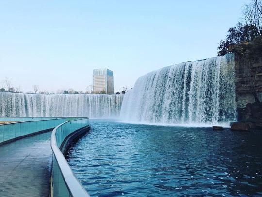 Vẻ đẹp của thác nước nhân tạo lớn nhất châu Á - Ảnh 3.