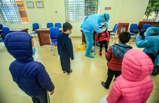 Bí thư Vương Đình Huệ kiểm tra đột xuất nơi cách ly hơn 70 giáo viên, học sinh - Ảnh 2.