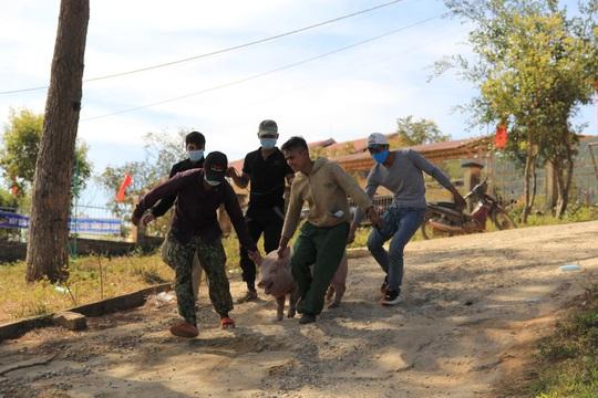Cả làng kéo nhau lên UBND xã khênh heo về ăn Tết - Ảnh 1.