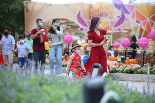 [Video] - Du khách tham quan đường hoa Nguyễn Huệ thực hiện tốt 5K - Ảnh 6.