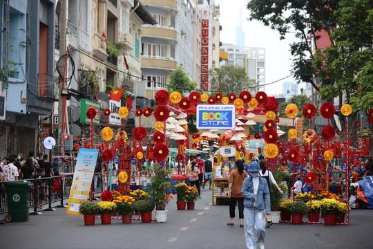 [Video] - Du khách tham quan đường hoa Nguyễn Huệ thực hiện tốt 5K - Ảnh 3.