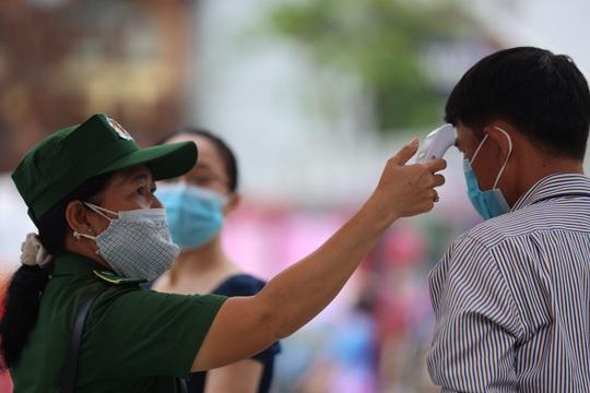 [Video] - Du khách tham quan đường hoa Nguyễn Huệ thực hiện tốt 5K - Ảnh 1.