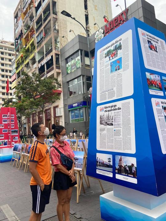 [Video] - Du khách tham quan đường hoa Nguyễn Huệ thực hiện tốt 5K - Ảnh 4.
