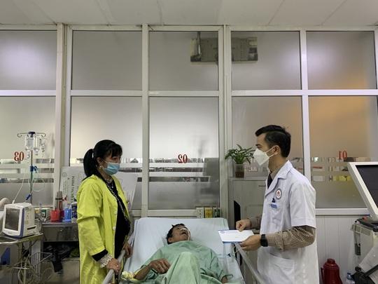 Bộ trưởng Bộ Y tế Nguyễn Thanh Long tặng quà, động viên bệnh nhân phải ăn Tết bệnh viện - Ảnh 19.