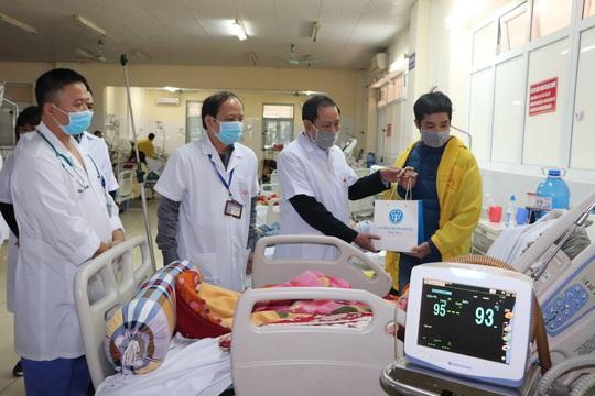 Bộ trưởng Bộ Y tế Nguyễn Thanh Long tặng quà, động viên bệnh nhân phải ăn Tết bệnh viện - Ảnh 22.