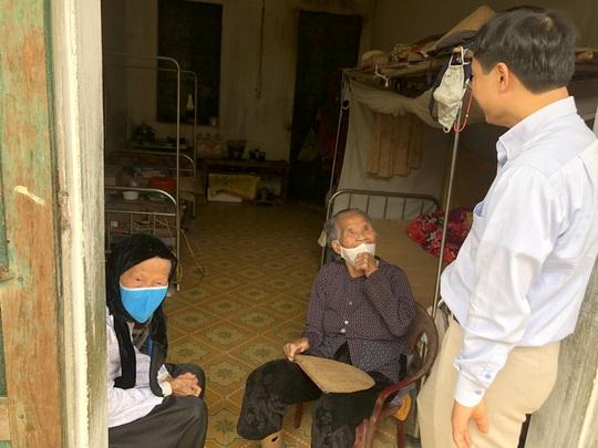 Bộ trưởng Bộ Y tế Nguyễn Thanh Long tặng quà, động viên bệnh nhân phải ăn Tết bệnh viện - Ảnh 27.