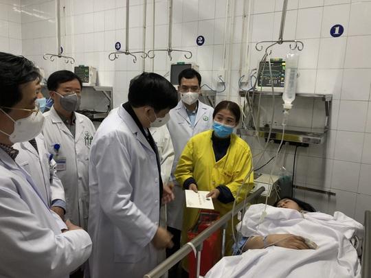 Bộ trưởng Bộ Y tế Nguyễn Thanh Long tặng quà, động viên bệnh nhân phải ăn Tết bệnh viện - Ảnh 4.