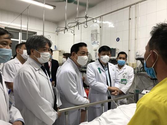 Bộ trưởng Bộ Y tế Nguyễn Thanh Long tặng quà, động viên bệnh nhân phải ăn Tết bệnh viện - Ảnh 5.