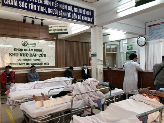 Bộ trưởng Bộ Y tế Nguyễn Thanh Long tặng quà, động viên bệnh nhân phải ăn Tết bệnh viện - Ảnh 6.