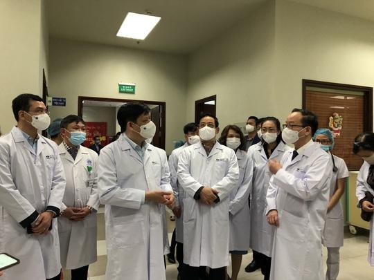 Bộ trưởng Bộ Y tế Nguyễn Thanh Long tặng quà, động viên bệnh nhân phải ăn Tết bệnh viện - Ảnh 9.
