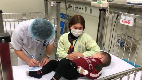 Bộ trưởng Bộ Y tế Nguyễn Thanh Long tặng quà, động viên bệnh nhân phải ăn Tết bệnh viện - Ảnh 10.
