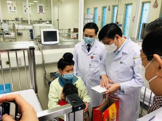 Bộ trưởng Bộ Y tế Nguyễn Thanh Long tặng quà, động viên bệnh nhân phải ăn Tết bệnh viện - Ảnh 11.