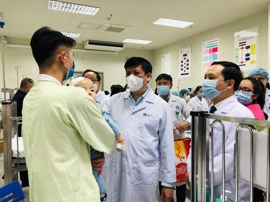 Bộ trưởng Bộ Y tế Nguyễn Thanh Long tặng quà, động viên bệnh nhân phải ăn Tết bệnh viện - Ảnh 12.