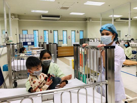 Bộ trưởng Bộ Y tế Nguyễn Thanh Long tặng quà, động viên bệnh nhân phải ăn Tết bệnh viện - Ảnh 16.