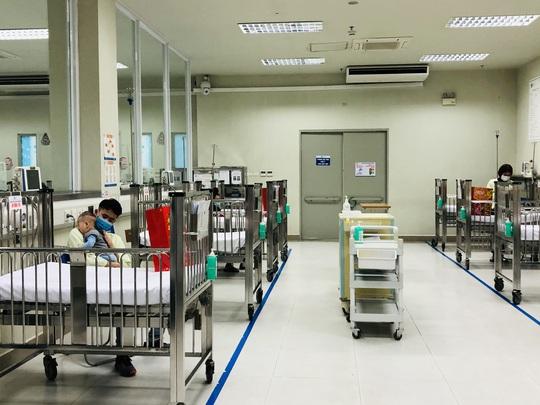 Bộ trưởng Bộ Y tế Nguyễn Thanh Long tặng quà, động viên bệnh nhân phải ăn Tết bệnh viện - Ảnh 17.