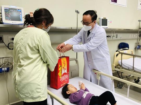 Bộ trưởng Bộ Y tế Nguyễn Thanh Long tặng quà, động viên bệnh nhân phải ăn Tết bệnh viện - Ảnh 15.