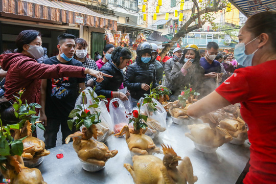 Người Hà Nội chen nhau mua gà ngậm hoa hồng cúng giao thừa - Ảnh 2.