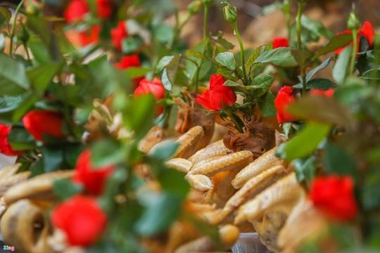 Người Hà Nội chen nhau mua gà ngậm hoa hồng cúng giao thừa - Ảnh 3.