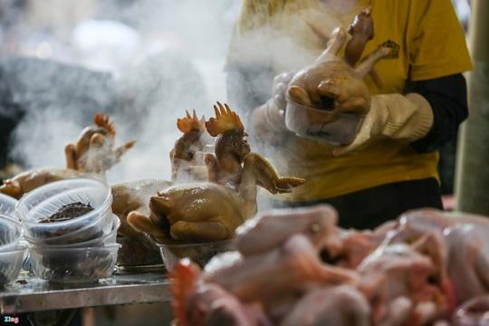 Người Hà Nội chen nhau mua gà ngậm hoa hồng cúng giao thừa - Ảnh 4.