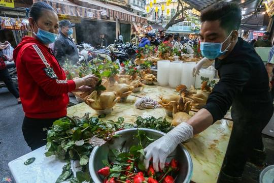 Người Hà Nội chen nhau mua gà ngậm hoa hồng cúng giao thừa - Ảnh 5.