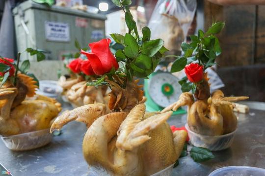 Người Hà Nội chen nhau mua gà ngậm hoa hồng cúng giao thừa - Ảnh 6.