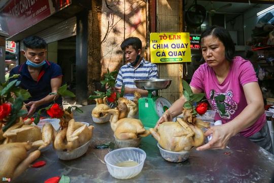 Người Hà Nội chen nhau mua gà ngậm hoa hồng cúng giao thừa - Ảnh 7.