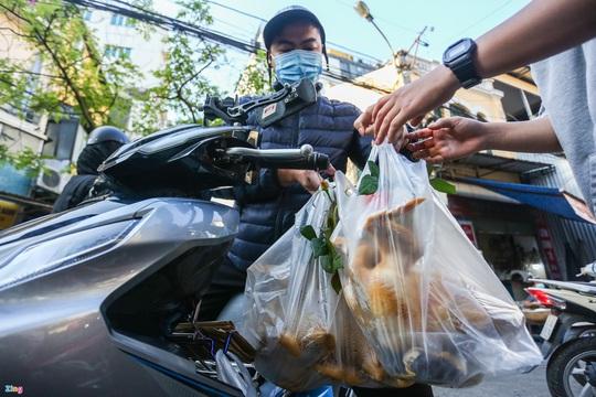 Người Hà Nội chen nhau mua gà ngậm hoa hồng cúng giao thừa - Ảnh 8.
