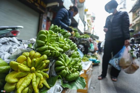 Người Hà Nội chen nhau mua gà ngậm hoa hồng cúng giao thừa - Ảnh 10.