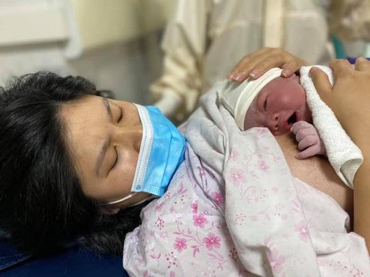 Ngắm nhìn những em bé chào đời trong khu cách ly thời Covid-19 - Ảnh 1.