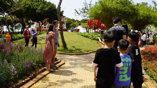 Hội hoa xuân Vũng Tàu đông đúc, nhiều người tự ý tháo khẩu trang để chụp ảnh - Ảnh 6.