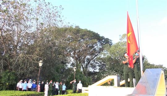 CLIP: Chào cờ chủ quyền Tổ quốc vào sáng mùng 1 Tết - Ảnh 3.