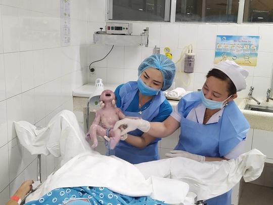 Đúng giao thừa, 5 em bé cùng cất tiếng khóc chào đời tại TP HCM - Ảnh 3.