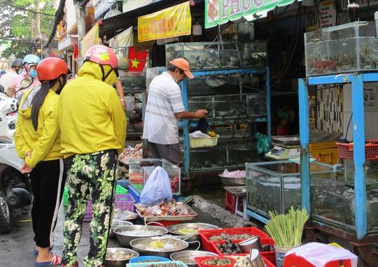 Ngán đồ Tết, người dân tấp nập mua rau xanh, bánh mì - Ảnh 2.