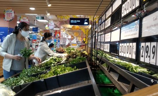 Ngán đồ Tết, người dân tấp nập mua rau xanh, bánh mì - Ảnh 6.