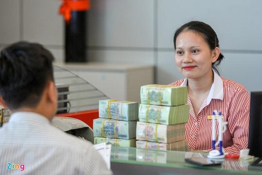 Đằng sau thưởng Tết cao của nhân viên ngân hàng - Ảnh 2.