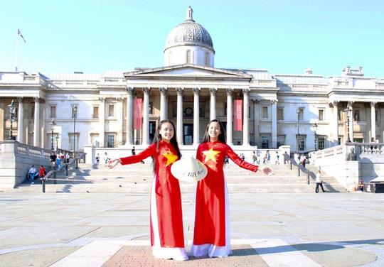 Hai cô bé Việt truyền cảm hứng ở Anh - Ảnh 1.