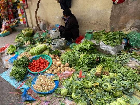 Đi chợ đầu năm: Hải sản tăng giá, hoa tươi rẻ hơn trước Tết - Ảnh 1.