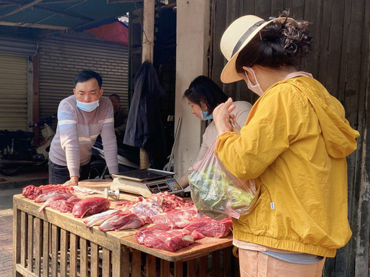 Đi chợ đầu năm: Hải sản tăng giá, hoa tươi rẻ hơn trước Tết - Ảnh 2.